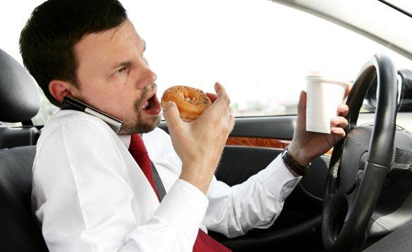 еда отвлекает водителя от вождения